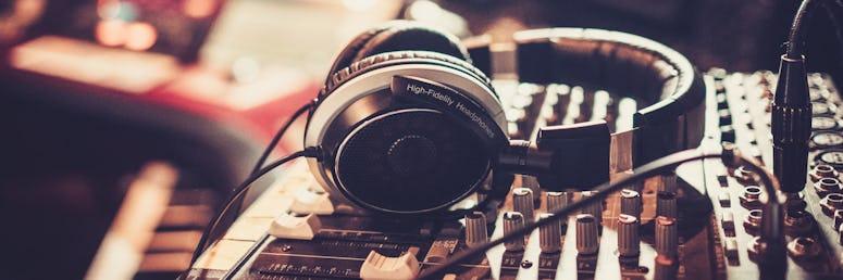 Tontechniker*in